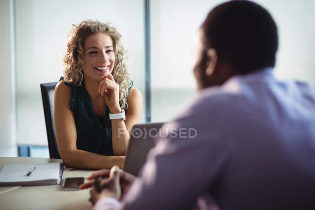 Бизнесмен и бизнесмен взаимодействуют друг с другом в офисе — стоковое фото