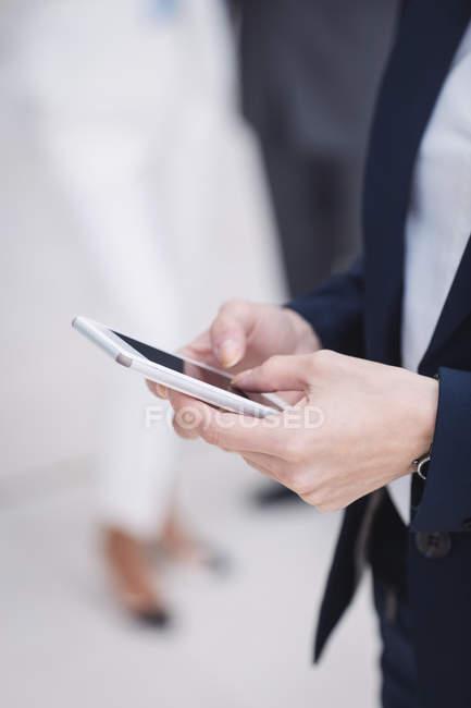 Закри бізнес-леді за допомогою на мобільний телефон — стокове фото