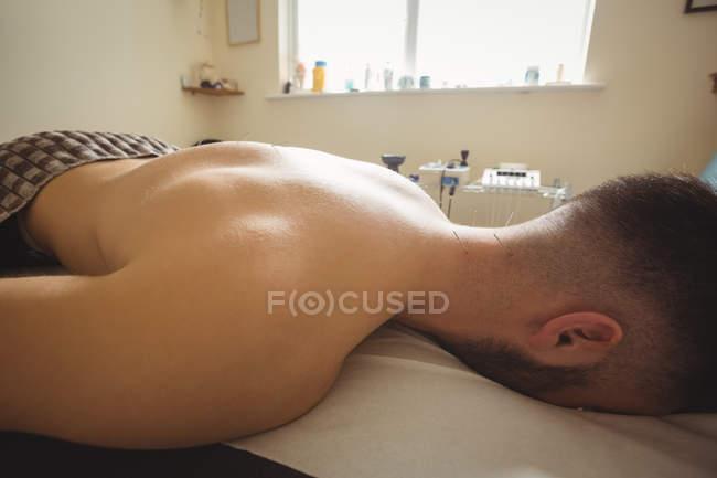 Primo piano del paziente che ottiene l'ago secco sul retro del collo in clinica — Foto stock