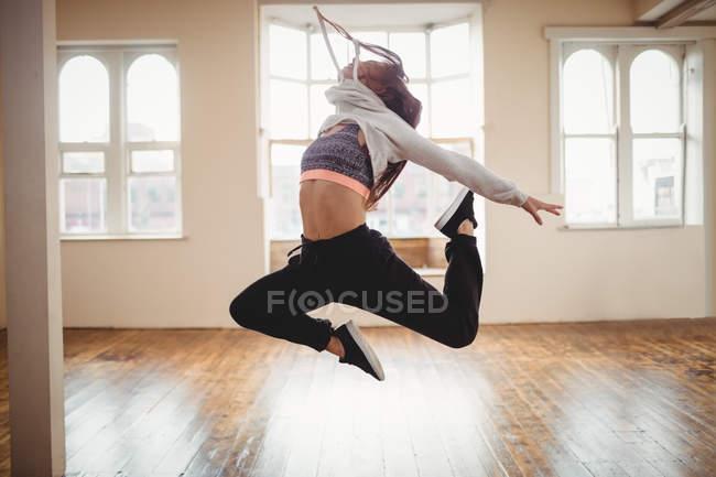 Молодая женщина, практикующая хип-хоп танец в студии — стоковое фото