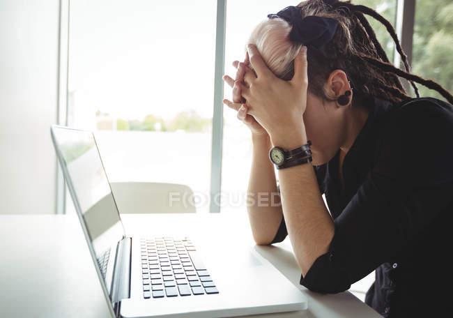 Стрессовая женщина с ноутбуком в кафе — стоковое фото