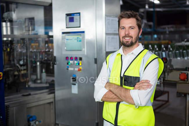 Портрет уверенного мужчины-рабочего, стоящего на заводе — стоковое фото