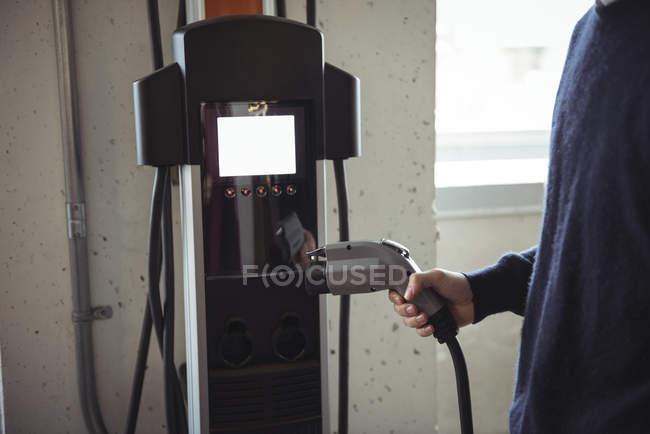 Gros plan de l'homme charge à charge conductive pour véhicules électriques — Photo de stock