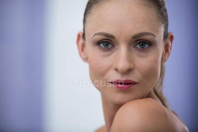 Retrato de hermosa mediados adulto mujer rubia - foto de stock