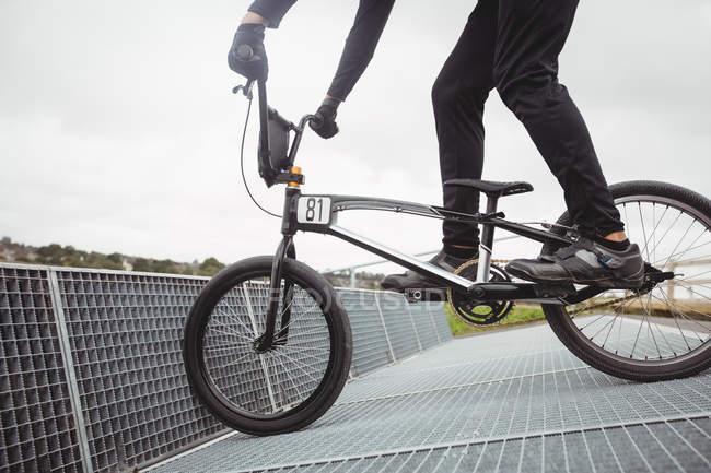 Велосипедист, подготовка к Bmx, гонки на начиная рампы в скейтпарк — стоковое фото