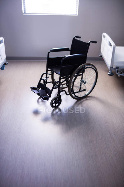 Порожню інвалідний візок у відділення лікарні — стокове фото