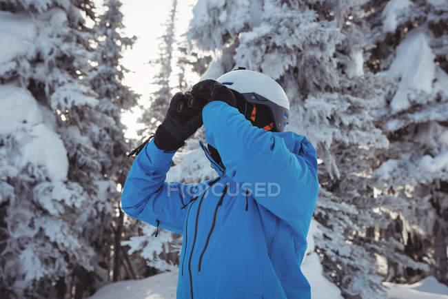 Esqui olhando para a montanha através binocular — Fotografia de Stock
