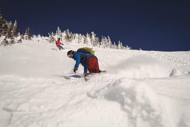 Два лыжников, покататься на лыжах в Альпах Снежная зимой — стоковое фото