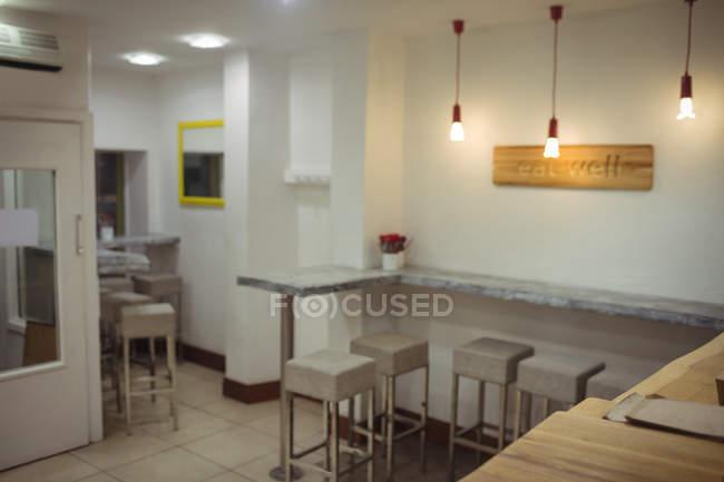Interior do restaurante moderno com fezes e lâmpadas de iluminação — Fotografia de Stock
