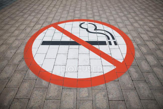 Закри ЗАПРЕЩЕНО курить підписати на підлозі в аеропорту — стокове фото
