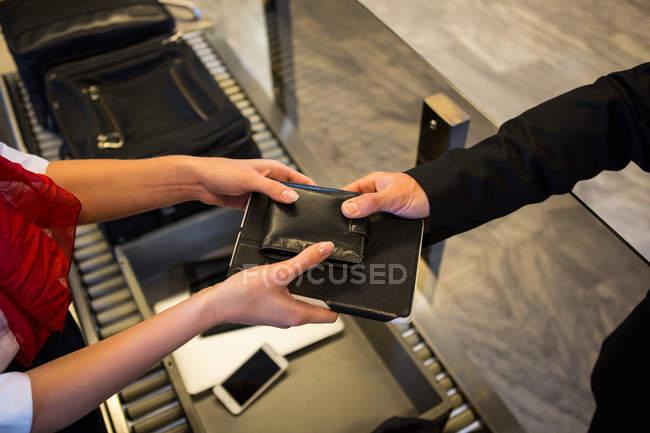 Close-up da fêmea do pessoal dando carteira e laticínios para os passageiros no terminal do Aeroporto — Fotografia de Stock