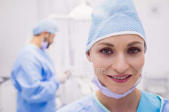 Porträt einer lächelnden Zahnärztin in der Klinik — Stockfoto