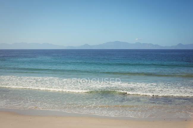 Прекрасный вид на пляж на берегу чистого моря — стоковое фото