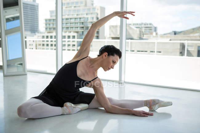 Балерина репетирует балет в студии — стоковое фото