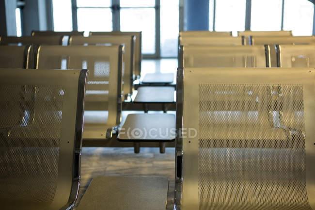Assentos vazios na sala de espera do terminal do aeroporto — Fotografia de Stock