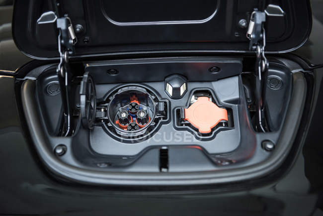 Gros plan sur la prise de courant de la voiture électrique — Photo de stock