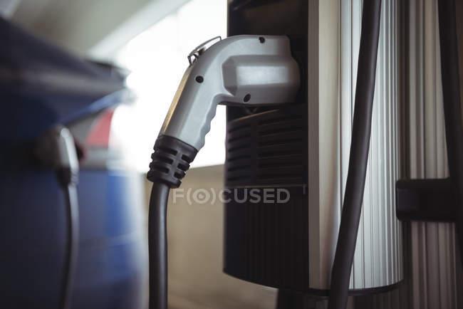 Gros plan du chargeur à la station de recharge du véhicule électrique — Photo de stock
