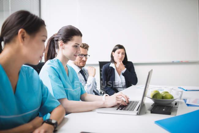 Команда врачей на совещании в конференц-зале — стоковое фото