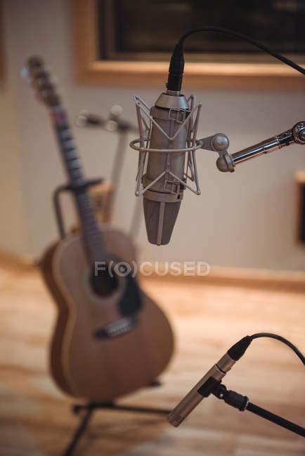 Primer plano del micrófono en el estudio de grabación - foto de stock