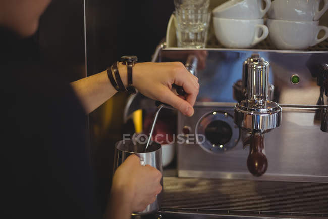 Waitress using the coffee machine in cafe — Stock Photo