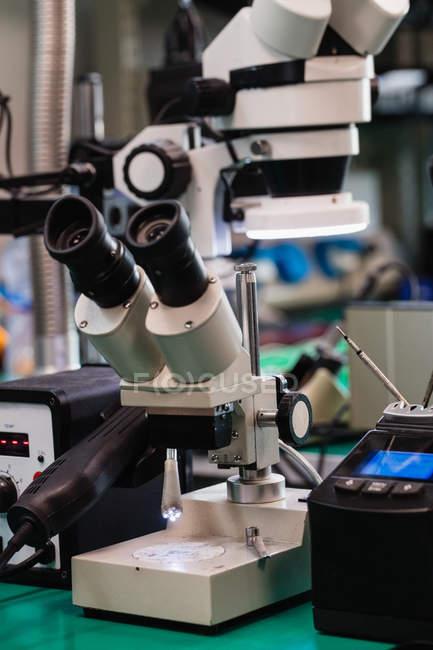 Microscópio industrial no centro de reparo eletrônico — Fotografia de Stock