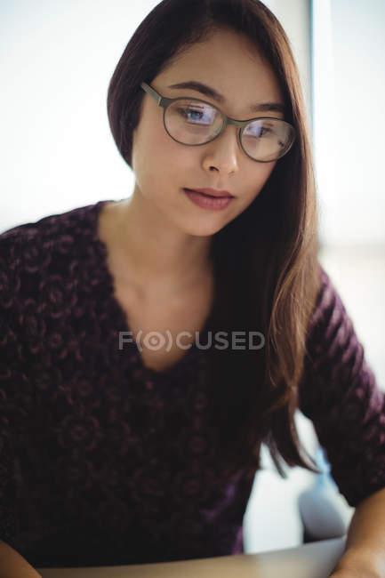 Hermosa mujer de negocios que trabaja en la oficina - foto de stock