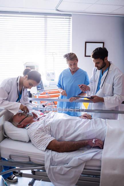 Medico femminile che mette la maschera di ossigeno sul viso del paziente in ospedale — Foto stock