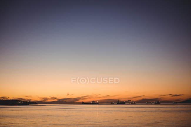 Vista panorâmica do belo lago ao pôr do sol — Fotografia de Stock