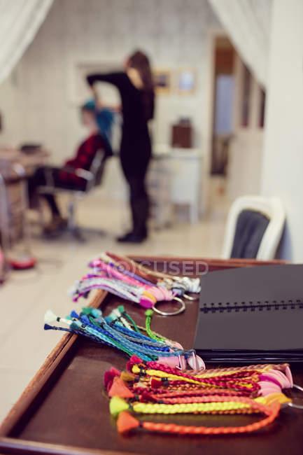 Assortiment de redadlocks artificiels colorés dans la boutique — Photo de stock