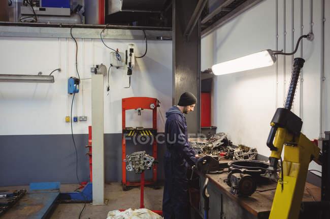Controllo meccanico delle parti di un'auto nel garage di riparazione — Foto stock