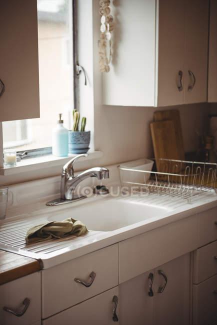 Interior da cozinha moderna, com janela brilhante e armários — Fotografia de Stock