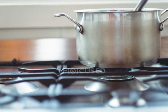 Макро каструлю тримається на плитою під час приготування їжі — стокове фото
