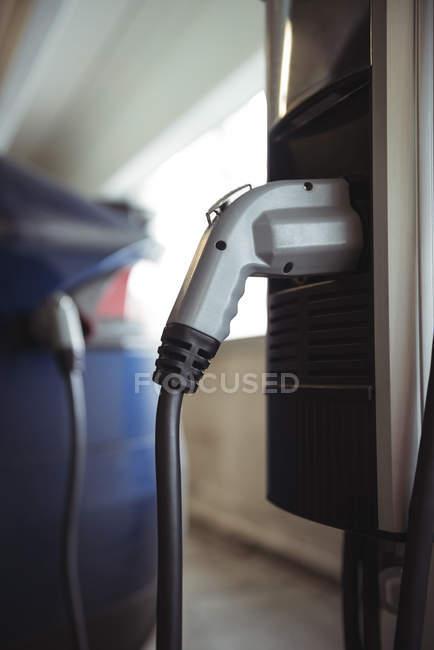 Gros plan du chargeur de voiture à la station de recharge du véhicule électrique — Photo de stock