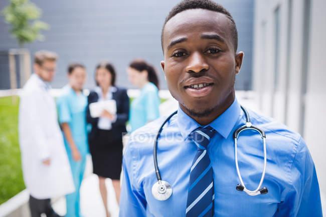 Porträt eines lächelnden Arztes im Krankenhaus — Stockfoto