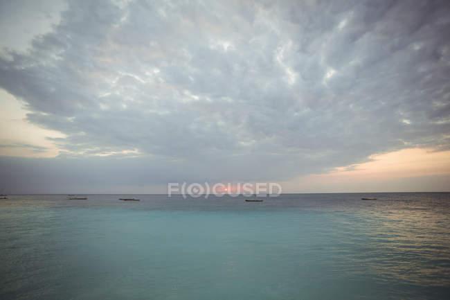 Vue panoramique de la belle eau de mer au crépuscule — Photo de stock