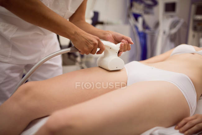 Woman getting anti-cellulite cosmetic treatment in clinic, close-up — Stock Photo
