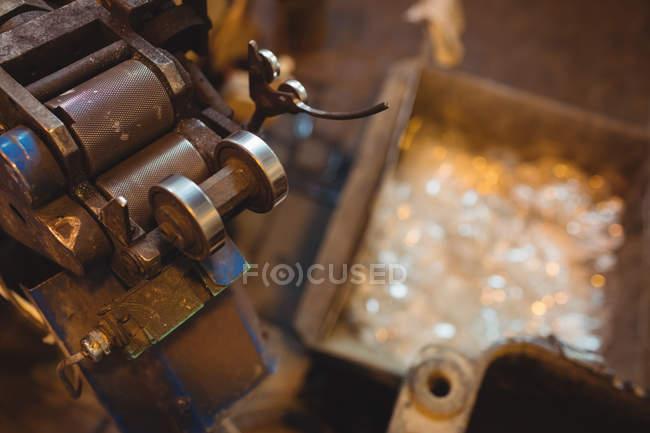 Закри техніки на заводі glassblowing — стокове фото