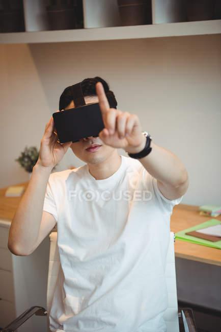 Чоловічий бізнес виконавчий за допомогою віртуальної реальності гарнітуру в офісі — стокове фото