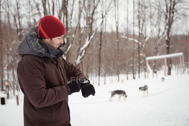 Человек с помощью смарт-часы в зимний период — стоковое фото
