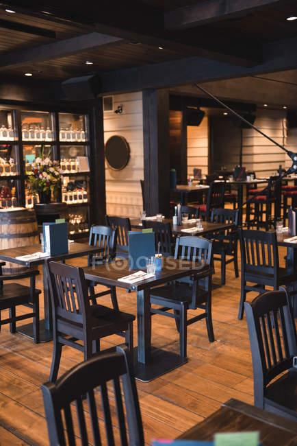 Інтер'єр порожній бар зі столиками та стільцями — стокове фото