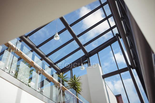 Vista a basso angolo del soffitto di vetro nell'edificio per uffici — Foto stock