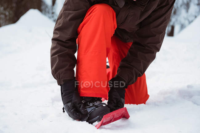 Low section of skier wearing snow shoe on snow covered landscape — Stock Photo