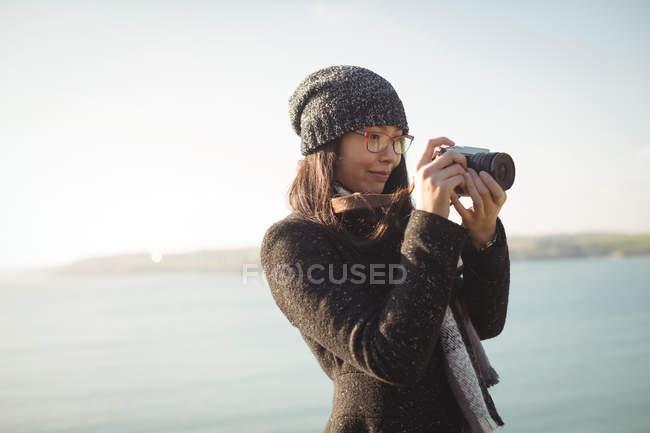 Frau nehmen Foto Digitalkamera tagsüber — Stockfoto