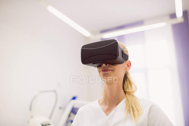 Female doctor wearing virtual reality headset in clinic — Stock Photo
