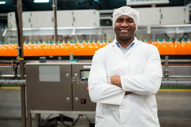 Портрет уверенного мужчины, стоящего на соковом заводе — стоковое фото