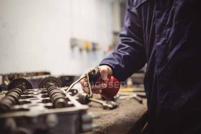 Mittleren Teil des mechanischen Ölen Autoteile in Werkstatt — Stockfoto