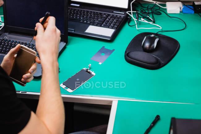 Hombre móvil en centro de reparación de reparación - foto de stock