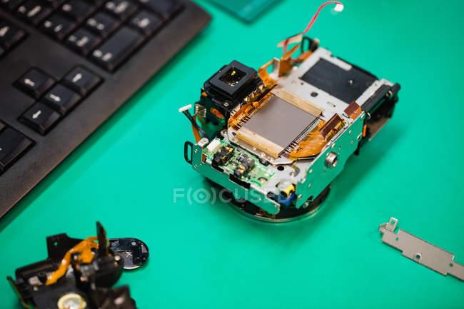 Крупный план мобильного телефона ремонтируется в сервисный центр — стоковое фото