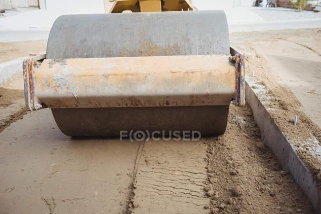 Дорожній каток вирівнювання бруду на будмайданчик — стокове фото