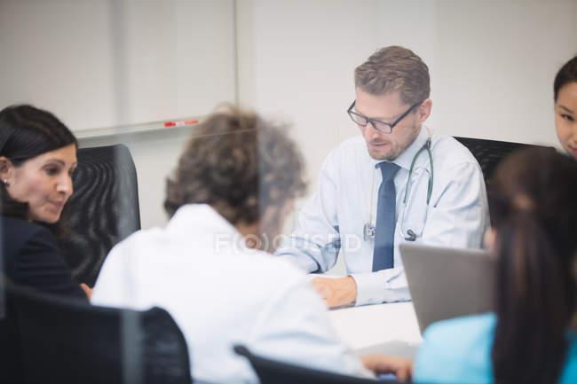 Equipo de médicos en reunión en sala de conferencias - foto de stock